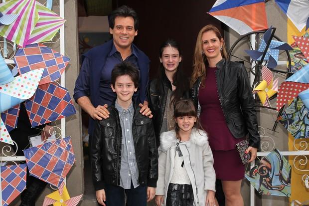 Celso Portiolli e a família no aniversário de Arthur, filho de Eliana (Foto: Manuela Scarpa e Marcos Ribas / Foto Rio News)