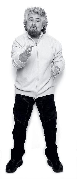 """PERFORMÁTICO Grillo faz pose para um ensaio em Gênova, sua cidade natal. O ativista diz ser um """"não líder"""" que usa sua popularidade em favor dos """"cidadãos de bem"""" da Itália (Foto: Alessandro Albert/Getty Images)"""