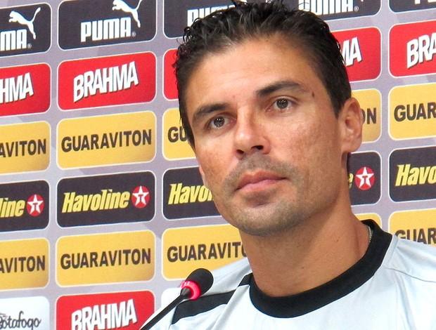 Bolívar na entrevista do Botafogo (Foto: Fred Huber)