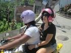 Antônia Fontenelle usa mototáxi para ensaio fotográfico em favela