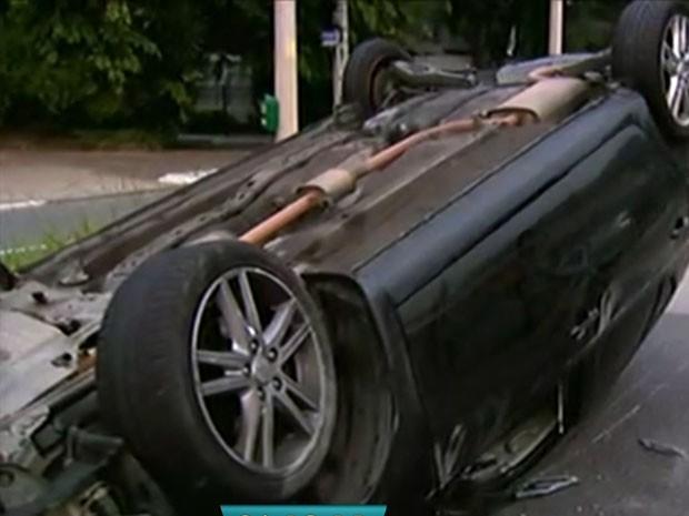 Carro capotou na saída do Túnel Tribunal de Justiça (Foto: Reprodução /TV Globo)