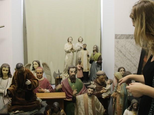 Museóloga mostra acervo de cerca de 2 mil itens da Igreja das Dores (Foto: Rafaella Fraga/G1)