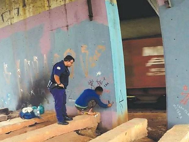 GM Aurélio observa pichador a poucos centímetros antes de prisão em Limeira (Foto: Samuel de Souza/Guarda Municipal de Limeira)