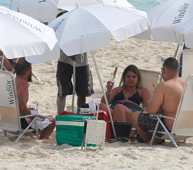 Marilia Mendonça curte praia com amigos na Barra da Tijuca (Foto: Dilson Silva/ AgNews)