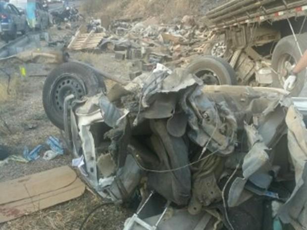 Motorista do caminhão perdeu o controle do veículo e atingiu a ambulância (Foto: Divulgação/PRF)