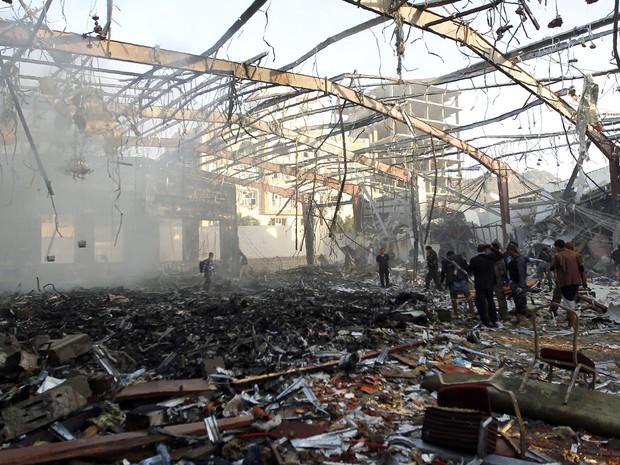 Ataques aéreos atingiram edifício em Sanaa, capital do Iêmen (Foto: Mohammed Huwais/AFP)