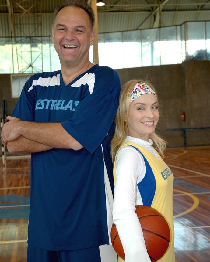 Angélica brinca com diferença de altura para Oscar, ex-jogador de basquete (Foto: CEDOC / TV Globo)