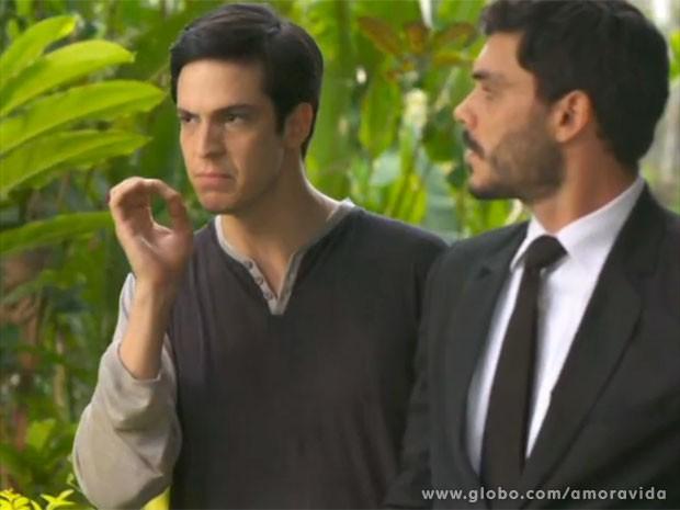 Félix manda Maciel não desgrudar de Aline (Foto: Amor à Vida/TV Globo)
