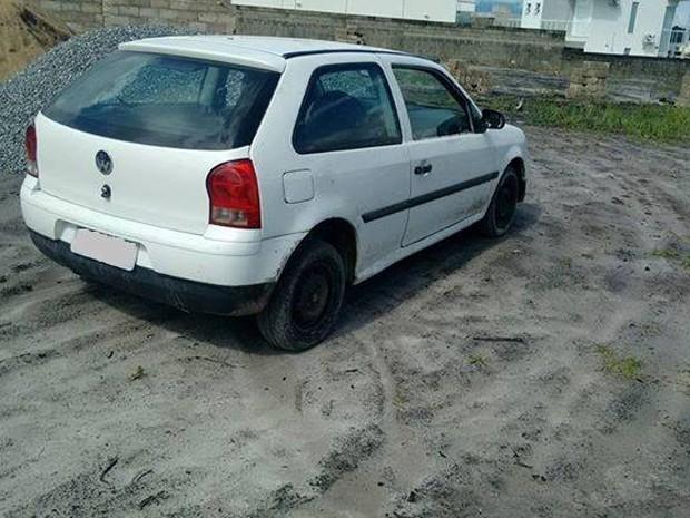 Corpo foi encontrado dentro de carro em terreno abandonado em Peruíbe (Foto: Web Rádio Juréia)