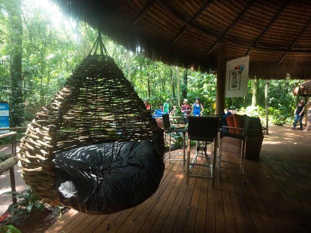 'Lounge na Selva' levou um ano para ser construído e conta com materiais reaproveitados e do próprio local (Foto: Parque das Aves / Divulgação)