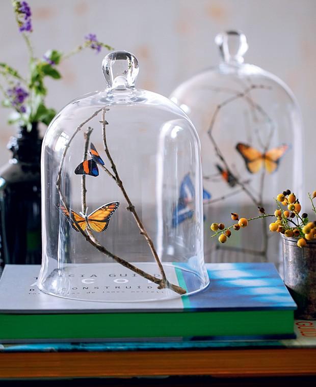 Essas borboletas lindas não foram capturadas na natureza: elas vieram diretamente de uma impressora. Depois de recortadas, grude-as em galhos com um pingo de cola. Para finalizar seu enfeite único, o toque especial fica com a redoma. Clique aqui e assista um vídeo explicativo. (Foto: Elisa Correa/Casa e Comida)
