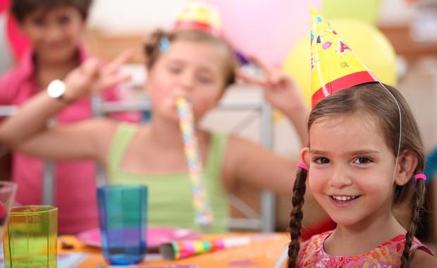 Criança em festa de aniversário (Foto: Shutterstock)