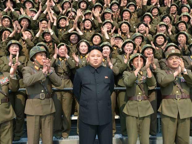 Kim Jong-un posa com unidade feminina do Exército norte-coreano. Mulheres são vistas chorando. (Foto: KCNA / via AFP Photo)