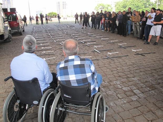 Cruzes colocadas no vão do Masp em protesto feito por familiares de policiais (Foto: Guilherme Tosetto)