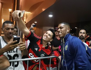 Berrío na chegada em Brasília: colombiano deve começar como titular (Foto: Gilvan de Souza)