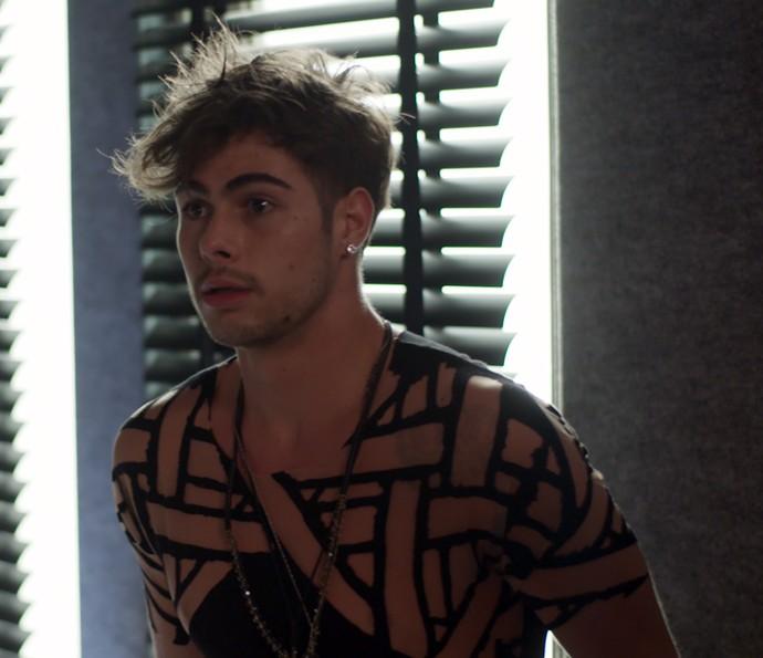 Léo leva um susto quando Diana entra no camarim (Foto: TV Globo)