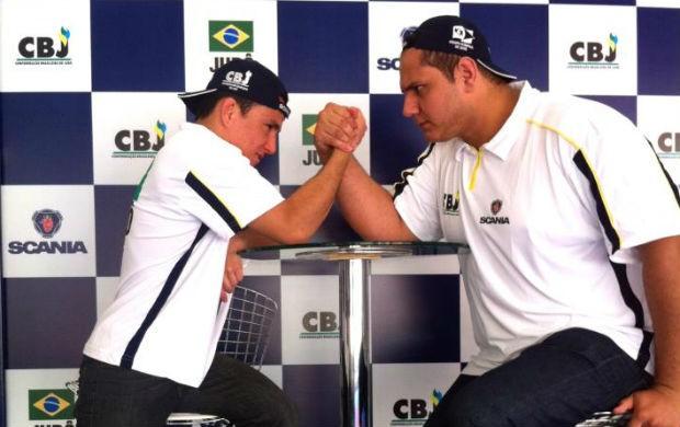 Felipe Kitadai e Rafael Silva brincam de queda de braço (Foto: Reprodução Facebook)