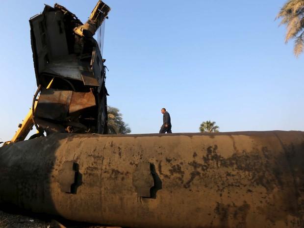 Trem tombou nesta quinta-feira (11) no Egito após se chocar com uma barreira (Foto: REUTERS/Mohamed Abd El Ghany)