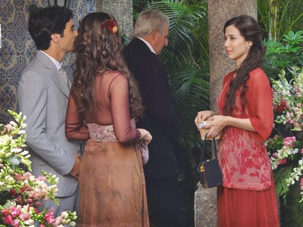 Laura tem que aguentar cinismo de Catarina e Fernando (Foto: Lado a Lado/TV Globo)