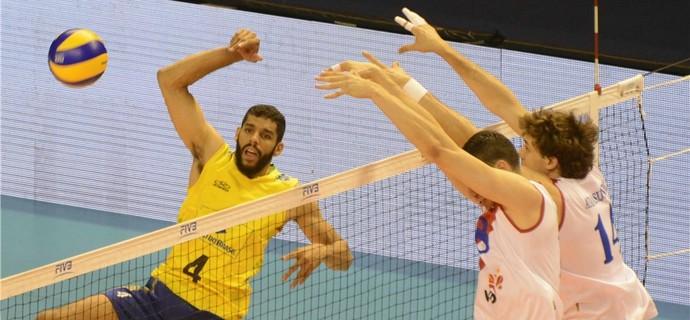 Wallace tenta passar pelo bloqueio da Sérvia (Foto: Divulgação/FIVB)
