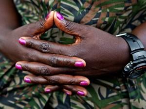 A coronel Fanette Umuraza, de 32 anos, mantém as unhas pintadas mesmo integrando o grupo M23. Foto feita no território de Rumangabo, controlado pelos guerrilheiros (Foto: Francesca Tosarelli)