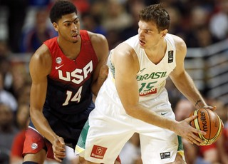 basquete tiago splitter Brasil e Anthony Davis EUA amistoso united Center (Foto: Agência EFE)
