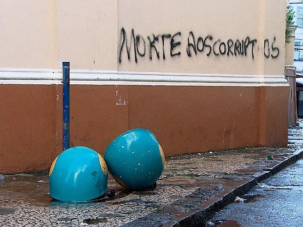 Salvador amanhece com traços de vandalismo após protestos nas ruas (Foto: Imagem/ TV Bahia)