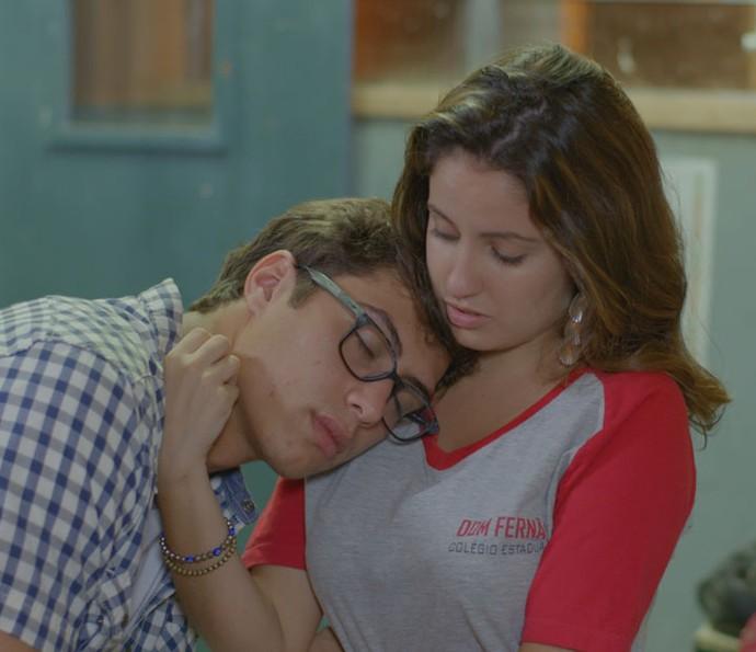 Nanda fica com pena do cansaço do namorado! Tadinho =( (Foto: TV Globo)