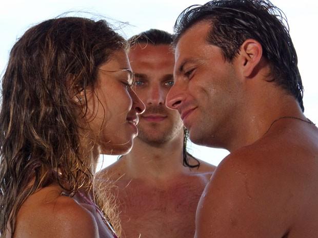 Alberto fica sem chão ao saber que Cassino pretende se casar com Ester (Foto: Flor do Caribe / TV Globo)