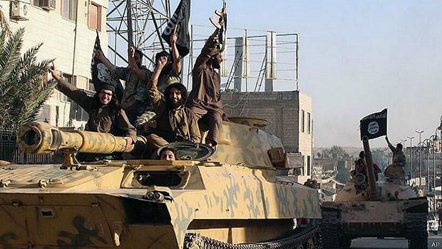 """Para especialista, Estado Islâmico é """"um projeto de Estado com armas sofisticadas, uma ideologia totalitária e financiamento abundante"""" (Foto: AP)"""