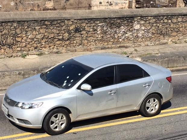 Carro de policiais que foram interceptados em Quintino (Foto: Alba Valéria Mendonça/G1  Rio)