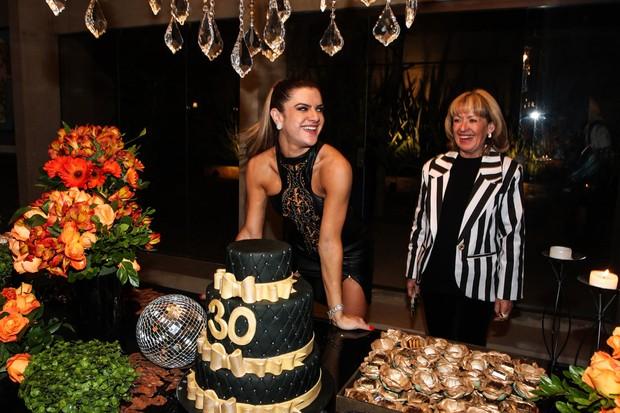Mirella Santos abre sorrisão na hora de cantar parabéns (Foto: Manuela Scarpa e Marcos Ribas/Foto Rio News)