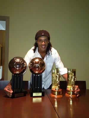 Ronaldinho Gaúcho posa com prêmios (Foto: Reprodução / Twitter)