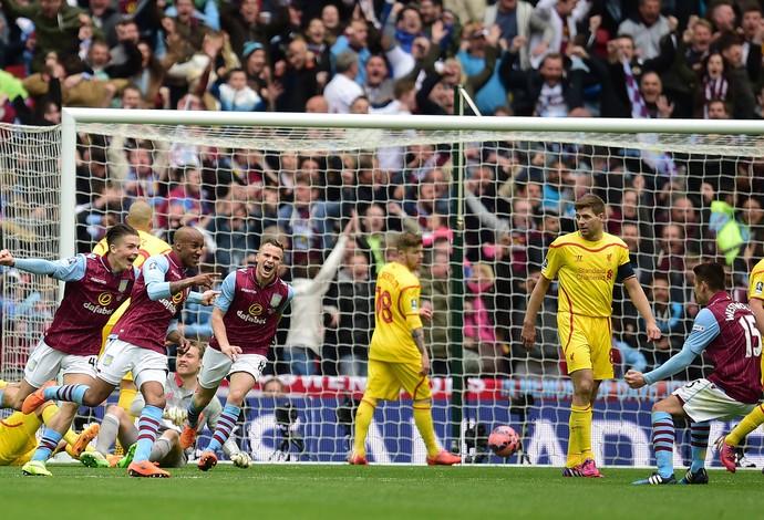 Jogadores do Aston Villa comemoram o gol de Delph contra o Liverpool (Foto: Getty Images)
