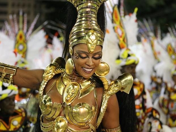 Rainha da bateria Cris Vianna é o tesouro africano da Imperatriz. (Foto: Rodrigo Gorosito/G1)
