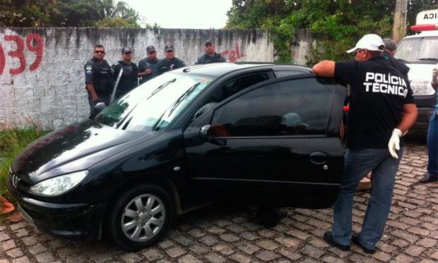 Mulher foi encontrada morta dentro de carro no bairro de Ponta Negra, em Natal (Foto: Matheus Magalhães/G1)