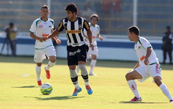 Henrique domina diante da marcação na última disputa do Botafogo (Foto: Satiro Sodré / SSPress)