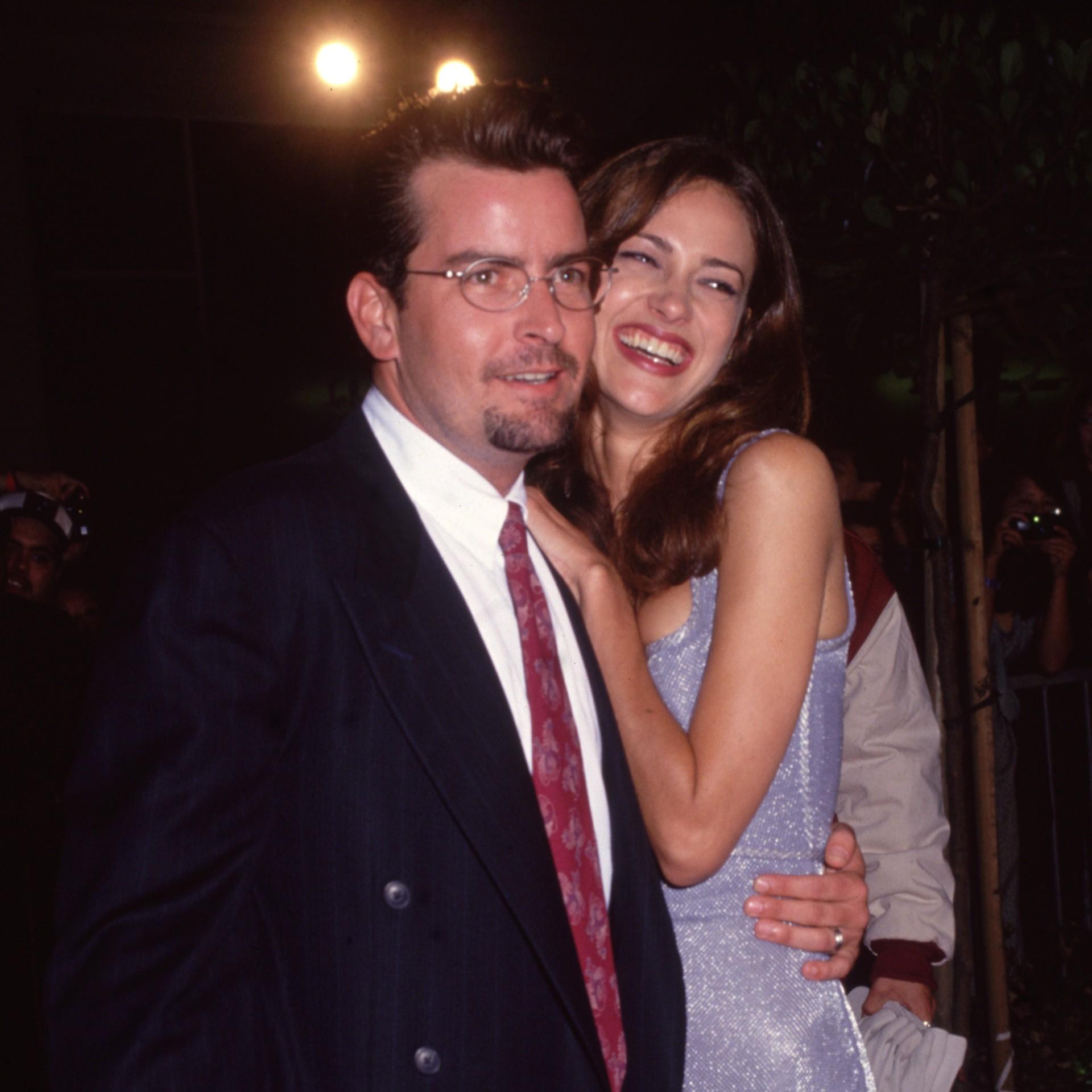 Charlie Sheen, hoje com 48 anos de idade, se casou com uma modelo chamada Donna Peele em setembro de 1995. Cinco meses depois, já estavam separados. (Foto: Getty Images)