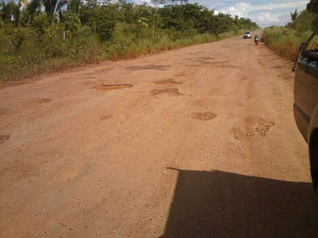 Buracos dificultam a viagem pela TO-164 (Foto: Claudemir Macedo/TV Anhanguera)