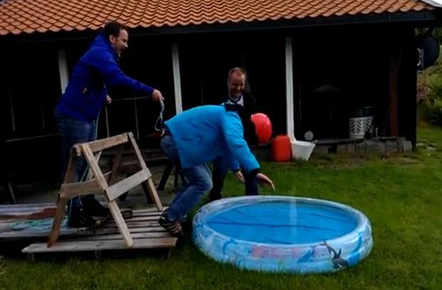 Noivo pensou que estava prestes a saltar de bungee jump, e acabou em piscina (Foto: YouTube/Reprodução/Rutlesjef)