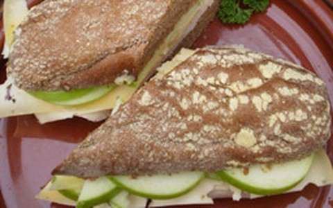 Sanduíche de peito de peru com lâminas de maçã