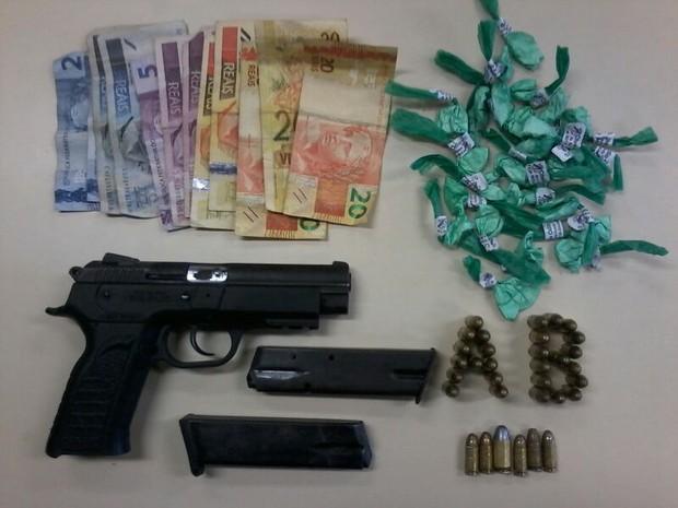 Apreensão de armas e drogas em Cabo Frio (Foto: PM/Divulgação)