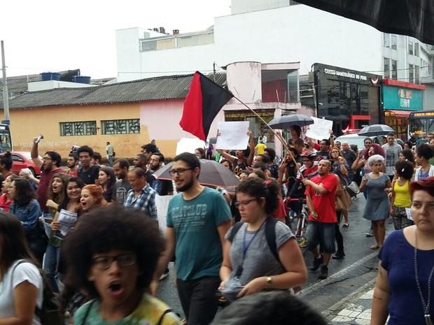 Manifestantes interditaram faixa da Avenida Voluntário Fernando Pinheiro Franco, em Mogi das Crues, em protesto contra aumento do ônibus (Foto: Maiara Barbosa/G1)