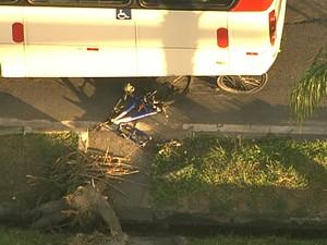 Uma das rodas da bicicleta se soltou no atropelamento (Foto: Reprodução / TV Globo)