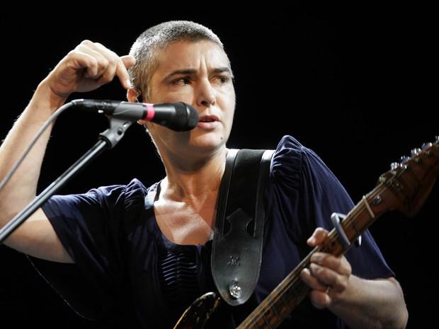 Sin�ad O'Connor se apresenta no festival Positivus em Salacgriva, na Let�nia, em julho de 2009 (Foto: Ints Kalnins/Reuters/Arquivo)