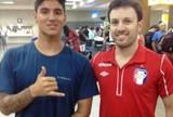 Jogadores do Joinville tietam surfista Gabriel Medina em aeroporto de SP