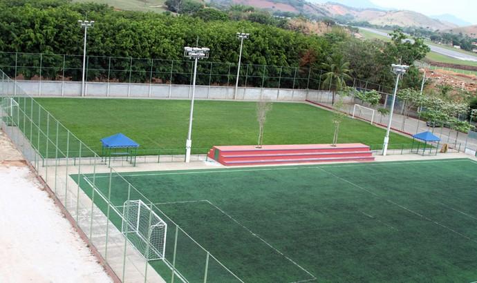 Lado a lado, um campo reduzido e outro do mesmo tamanho, mas de grama sintética (Foto: Divulgação)