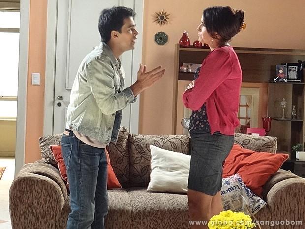 A garçonete ouve o filho e resolve ir até a mansão Pais (Foto: Sangue Bom/TV Globo)