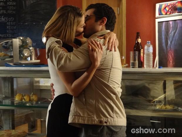 Silvia pede para Felipe beijá-la (Foto: Fábio Rocha / TV Globo)