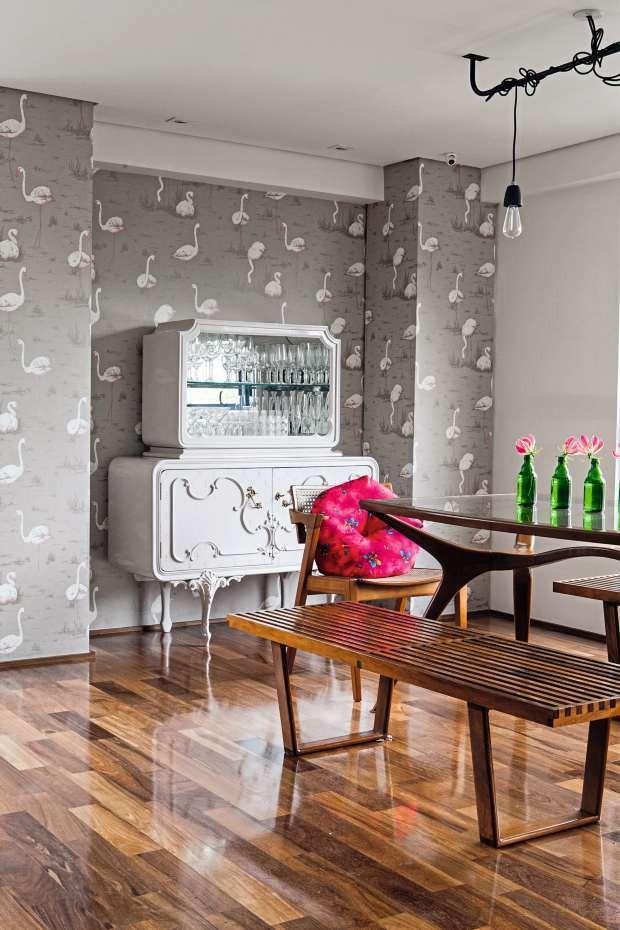 Papel de parede com estampa de flamingos (Foto: Lufe Gomes/Editora Globo)